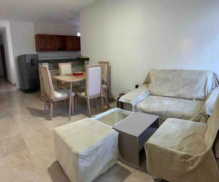 Apartamento amoblado cómodo, seguro y central.