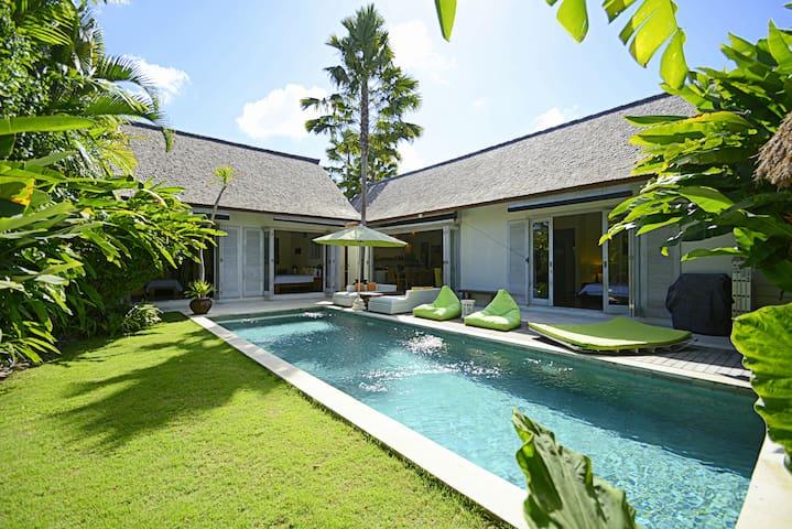 Villa relaxante d 39 une chambre avec jardin et piscine villas louer north kuta bali indon sie Atmosphere agreable piscine jardin