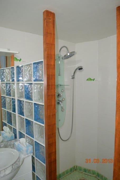 La salle d'eau : juste ce qu'il faut avec 2 vasques