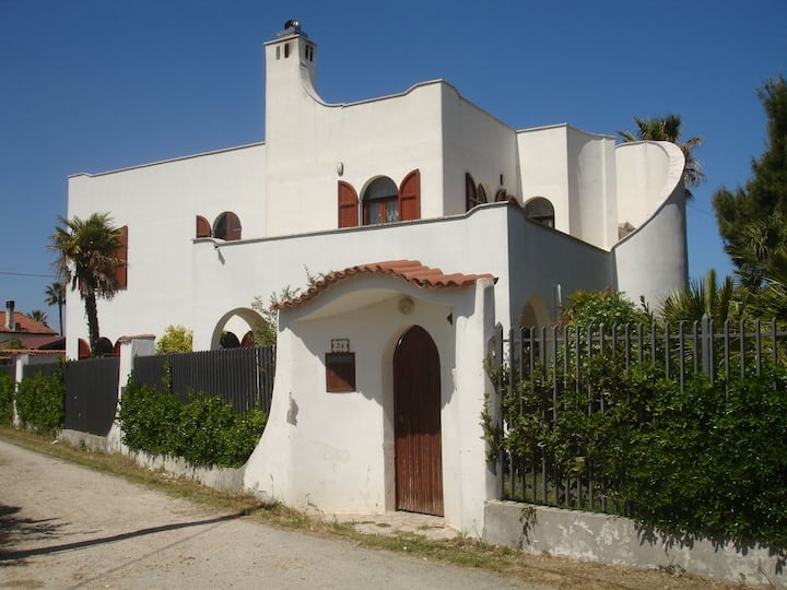 Villa surrounded by greenery, 300mt from the beach