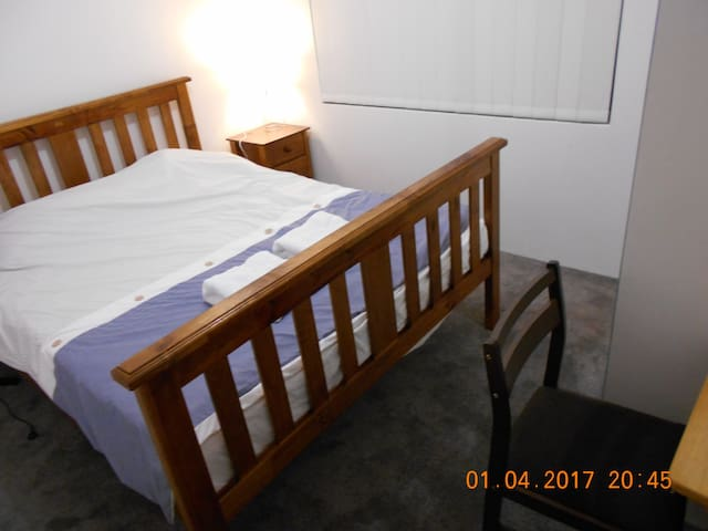 Queen size bed in new estate and house - Parmelia - House