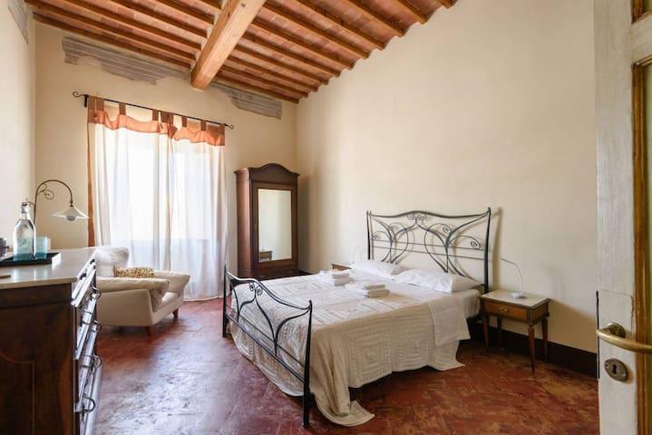 IT: La camera principale, con pavimento decorato, affreschi e mobili d'epoca.  EN: The main room, with decorated floor, frescoes and antique furniture
