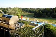 Terrasse avec BBQ WEBER sur la piscine et la nature
