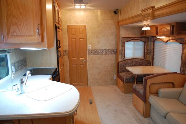 Hill Spring Hideaway, Luxury RV on Acreage