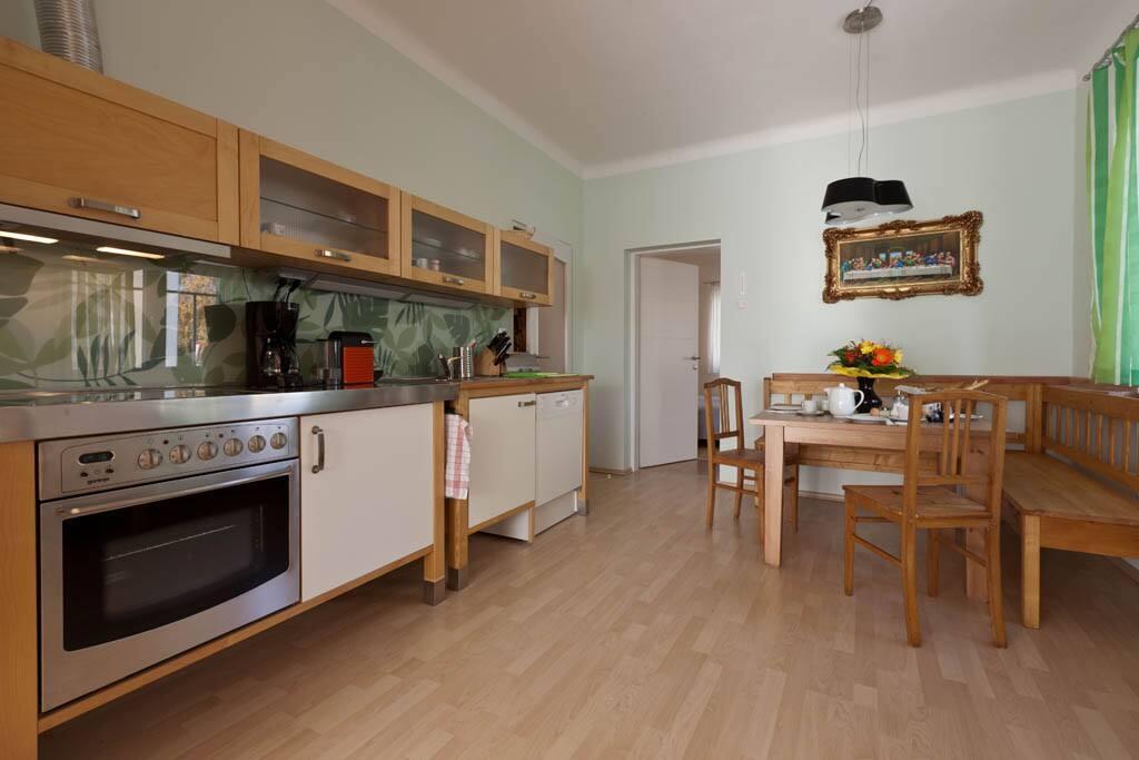 Die Küche mit der Frühstückssitzecke