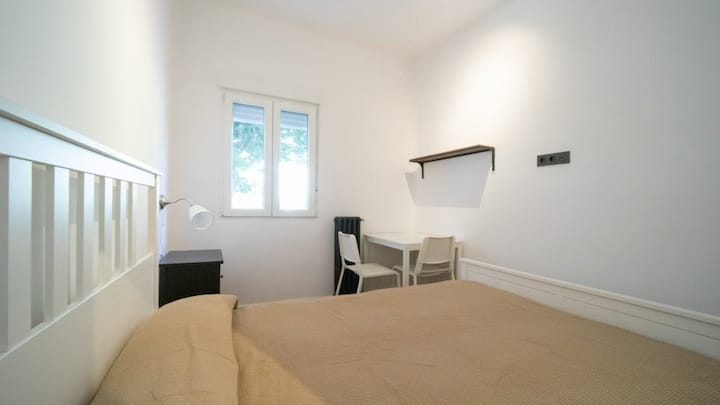 Spacious Room in great location in Madrid.