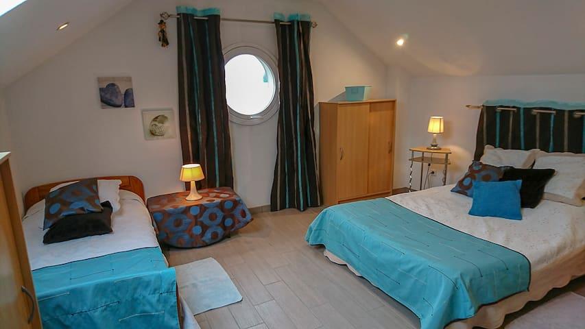 chambre2 (1 lit 2 personnes + 1 lit 1 personne)