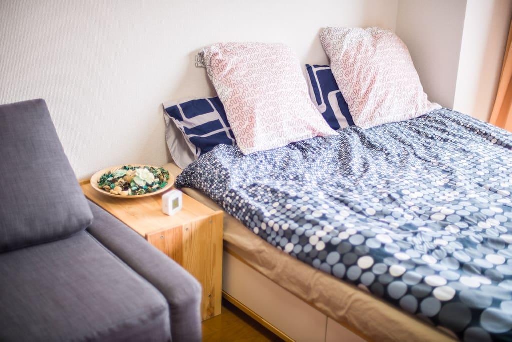 簡潔雙人床/double bed