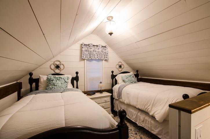 Loft Bedroom - Two Twin Beds