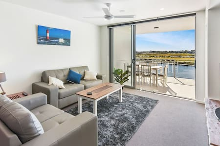WATERFRONT APARTMENT  100mtrs to (SCUH)