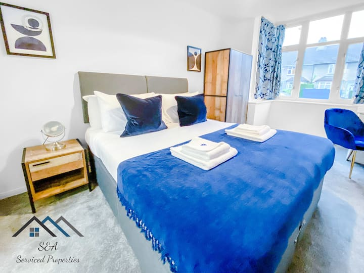 En-Suite room with King Bed *Great for Business or Leisure* *Self Check in*