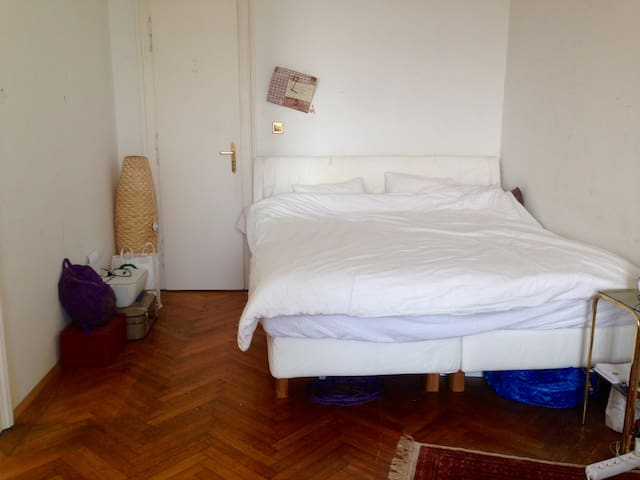 Private room in a beautiful flat at the Naschmarkt - Wenen - Appartement