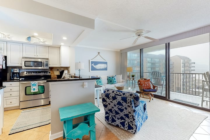 Sea Colony Ocean 7th-floor condo with a gym and tennis court!