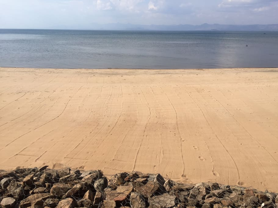 The beautiful private beach of Namiyasi Lake Cottage
