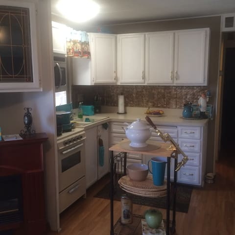 Cochellafest Home 3 miles from grounds, pools, gym