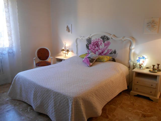 Romantic room, private bathroom in Florence area