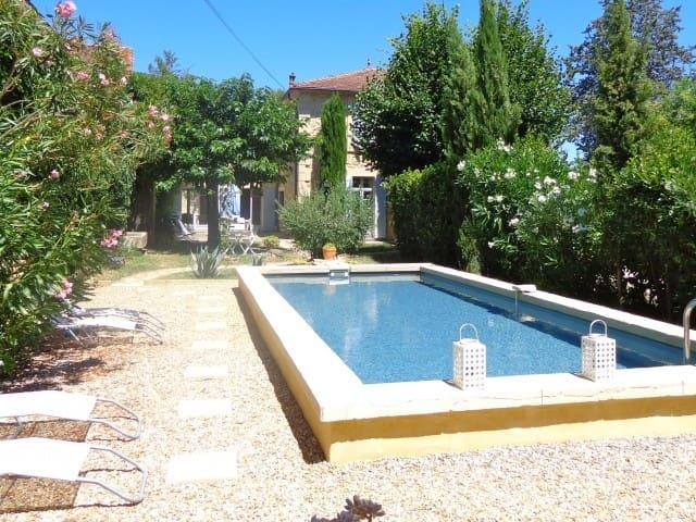 Maison de maître, avec piscine et proximité Gardon, animations, commerces...