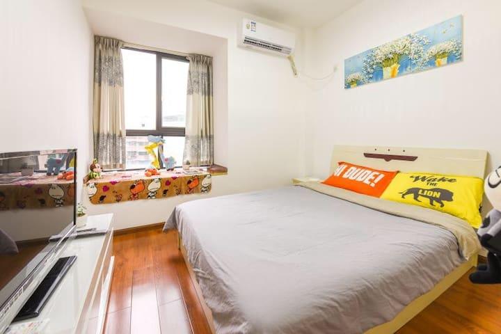 卧室飘窗和大床
