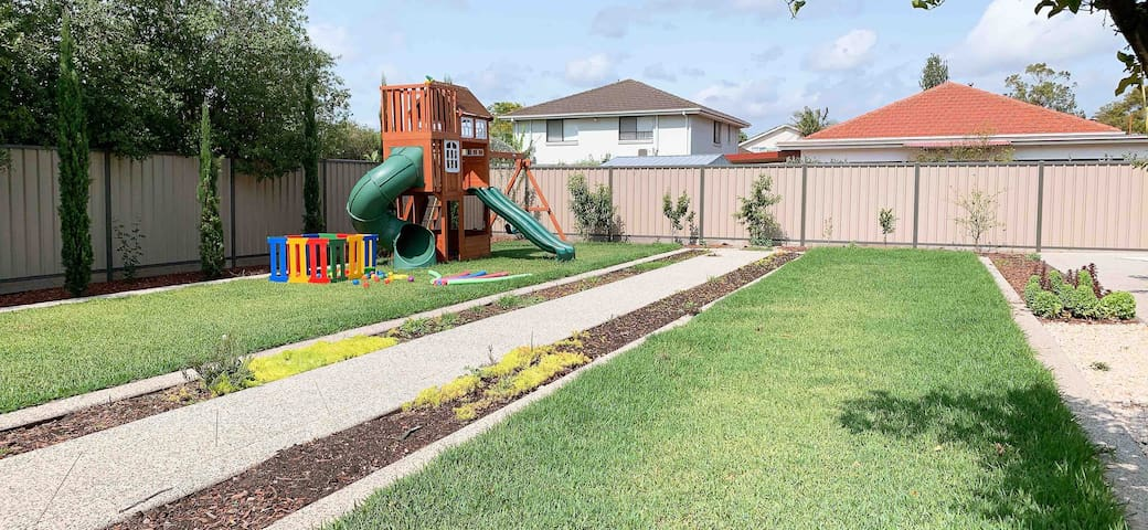 Entire House in Maribyrnong (Highpoint-River-Park)