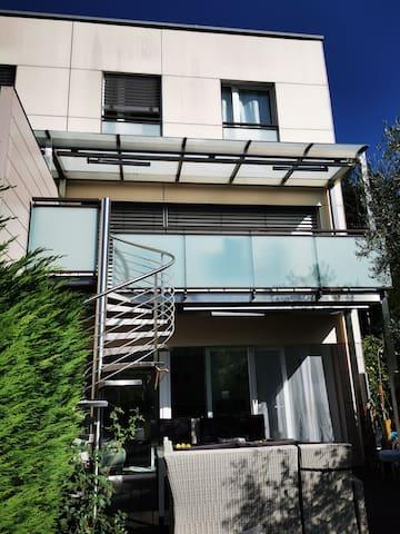 Cadre magnifique avec terrasse et jardin