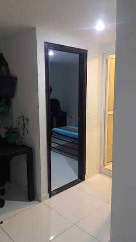 Habitación compartida en apartamento familiar.