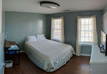Cozy bedroom  in House on very quiet Cul-de-Sac