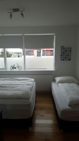 Bright private room near KEF airport - Keflavík - Daire