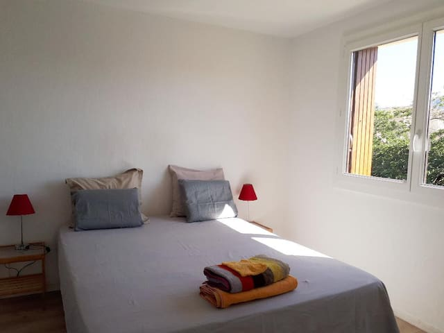 Chambre lumineuse, propre, mer, commerces, parking