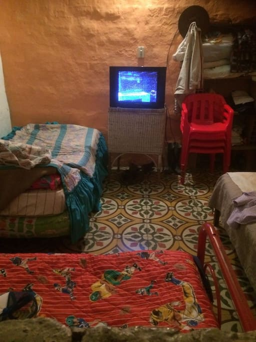 Cuarto con 3 camas sencillas, casa en adobe, televisor con antena aerea, cuenta con wifi internet