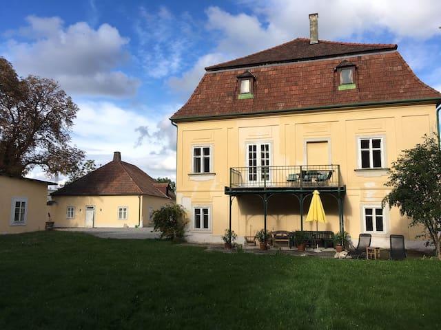 Schloss mit Park und See südlich von Wien