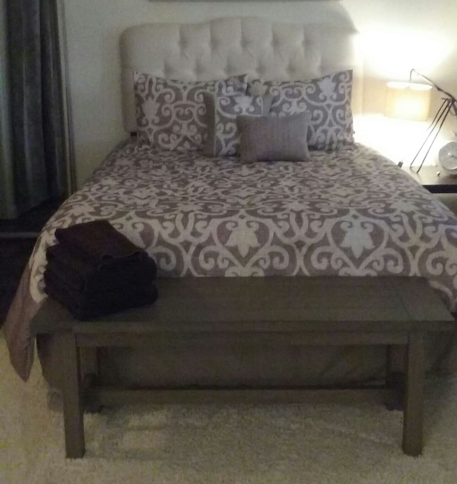 Queen size bed with sturdy foot bench for luggage & incidentals