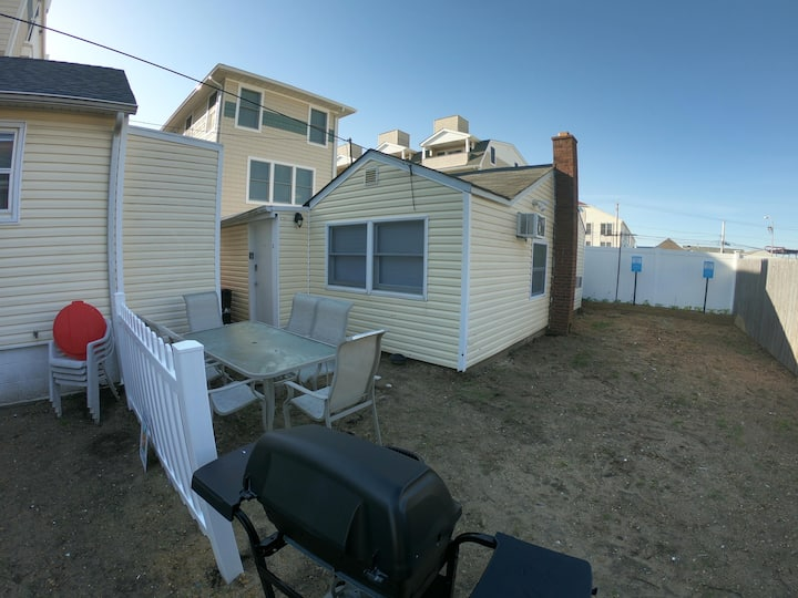 Adorable 2br half a block from the beach