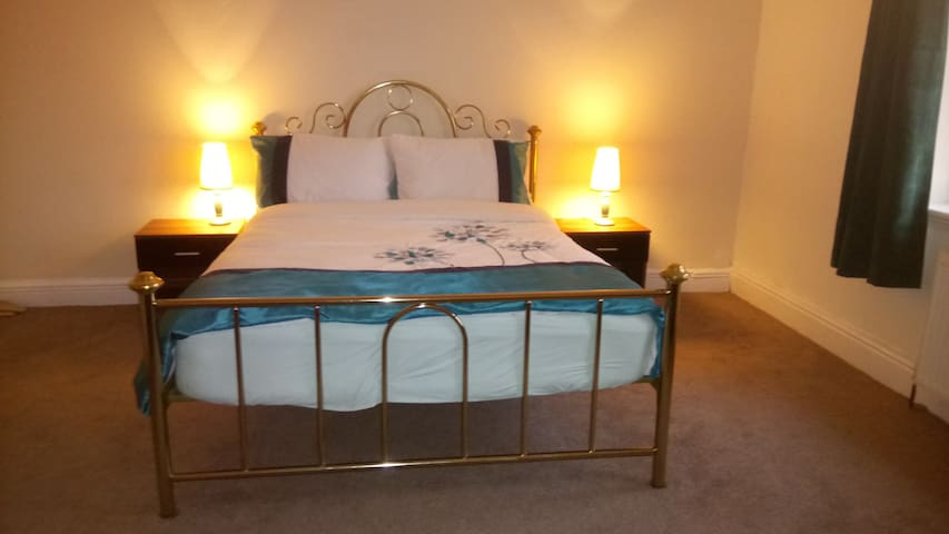 Warm,homely,loving family with great hospitality - Salford - House
