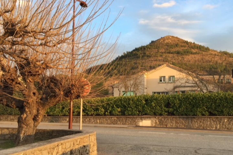 Sereine Galilée se situe en voiture à  8 mn du Château d'Aubenas, avec son marché typique du samedi matin, ses restaurants,  10 mn de Vals les Bains et sa piscine Olympique,  25 mn des Gorges de l'Ardèche et de la Caverne du Pont d' Arc