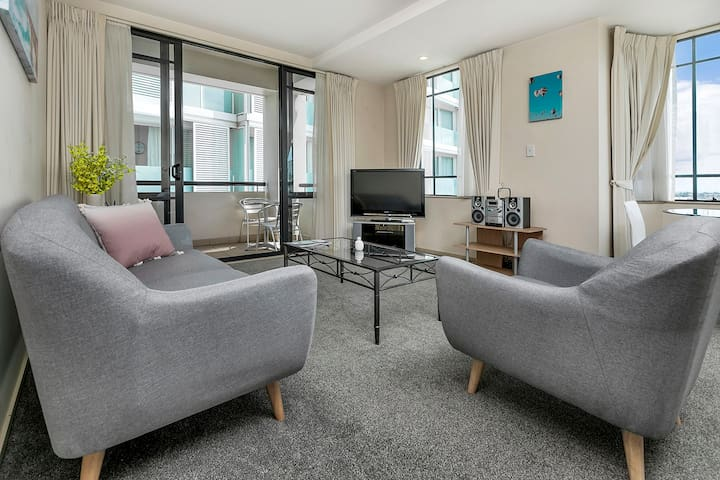 Modern & Homely CBD Suite with Pool, Gym & Parking