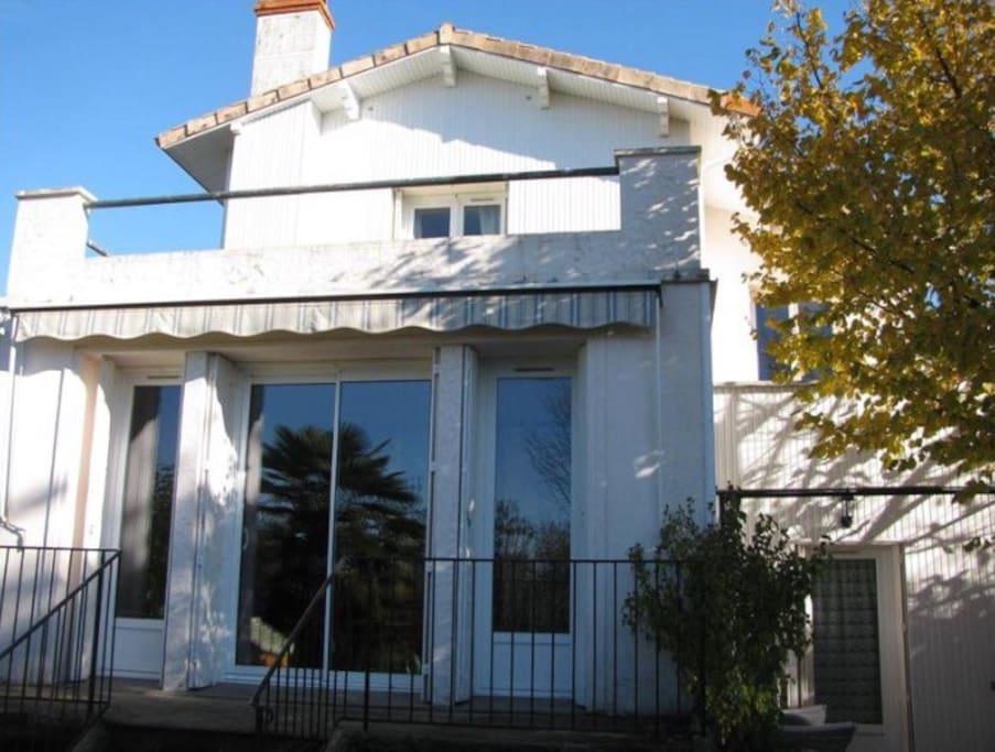 maison ensoleillée sur la terrasse de derrière sans vis à vis