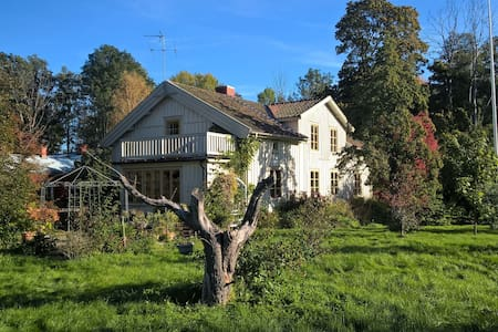 Lakeside, dog-friendly house in the countryside