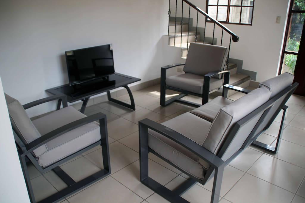 La sala tiene sillas y sofás además de una mesa y un mueble para la televisión. Son los muebles más cómodos y ligeros que encontrarás.
