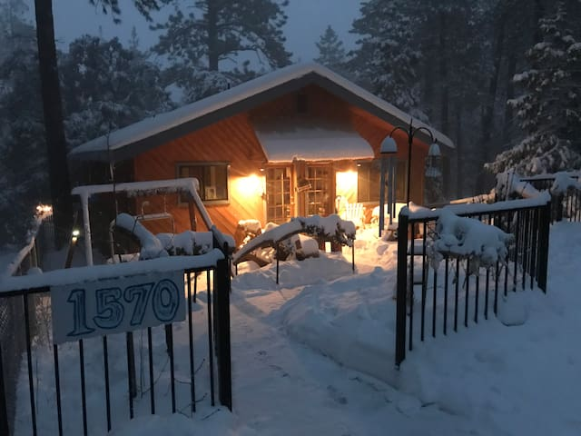 Mt. Pines Lodge, Sleeps 9, Firepit, WIFI, SmartTV