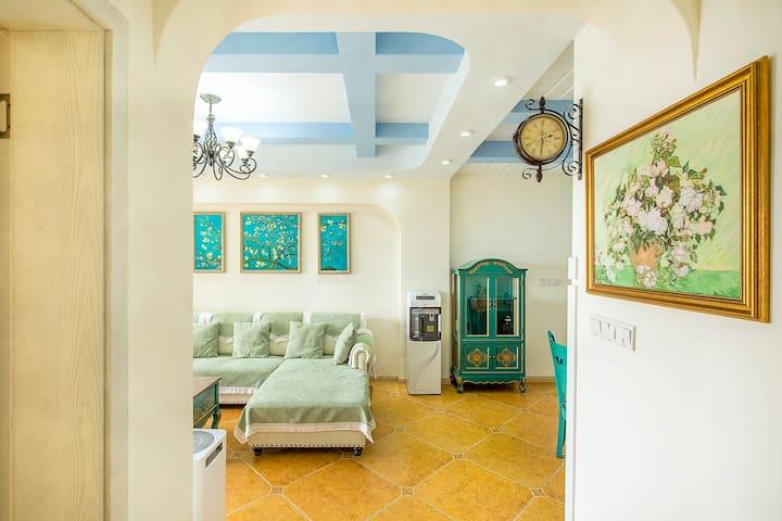 房间过道的复古钟,让您回到梵高的时代,体验他笔下的《白玫瑰》
