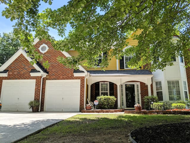 SPACIOUS 4 bedroom house~ 6 miles from airport!!