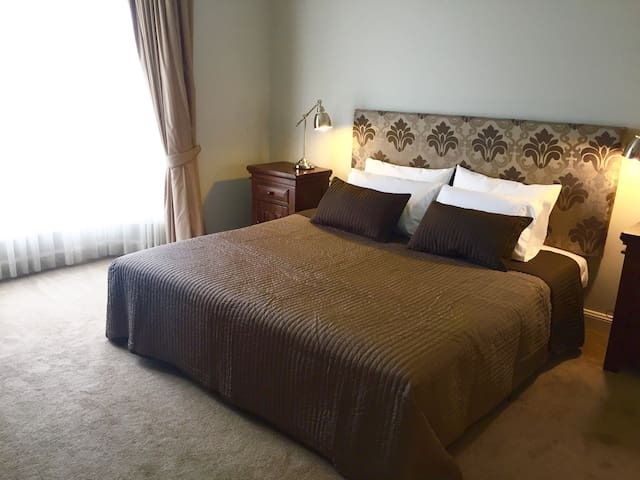 Luxurious kingsize bed, ensuite & exclusive lounge - Tanunda