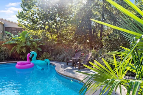 Blue lagoon! Private studio with shared pool!