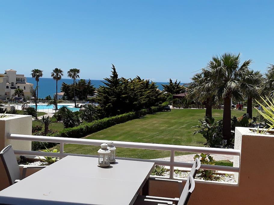 terras met zeezicht en tuin met zwembad 2