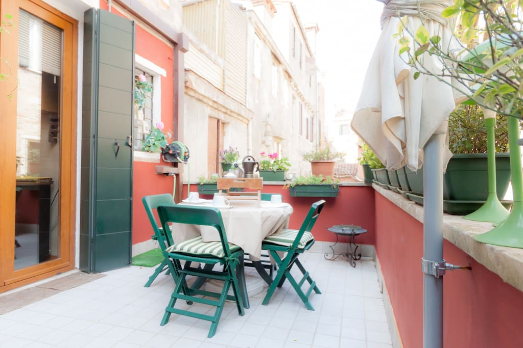 wonderful terrace in old typical building apartments for rent in venice veneto italy. Black Bedroom Furniture Sets. Home Design Ideas