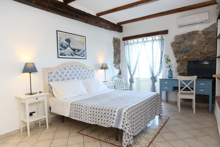 Coastal Studio: Intimate studio with balcony and great sea view