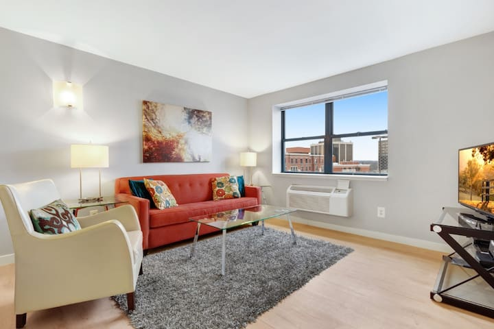 Upscale 1 Den Apt In Downtown New Jersey