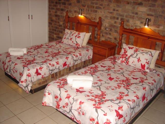 Shingalana Guest House  Twin Bedroom (Bath&Shower)