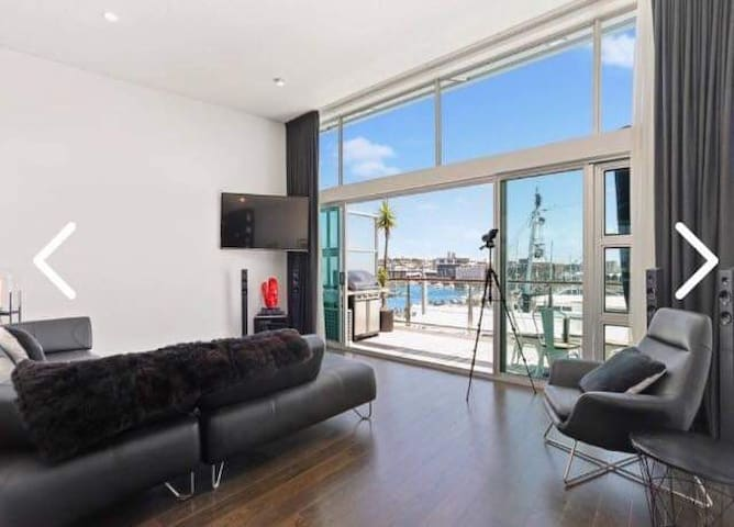Beautiful Waterfront Apartment on Princes Wharf!