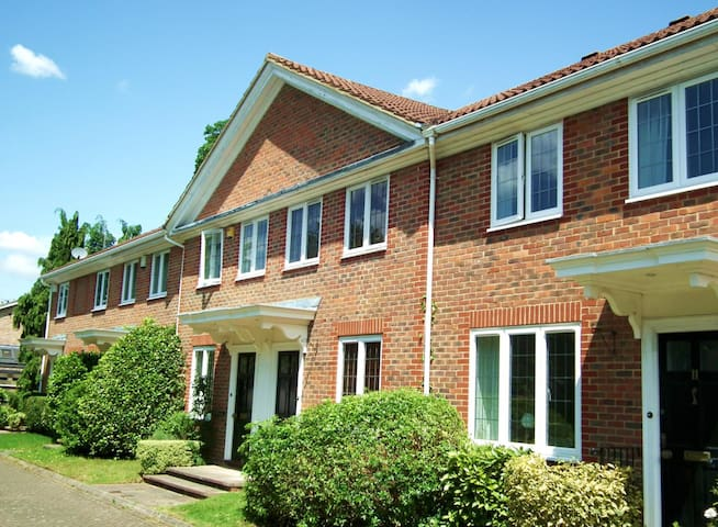 Bright townhouse overlooking a green in Weybridge - Weybridge - Townhouse